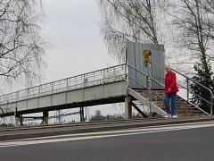 Lávka přes chebské nádraží je uzavřena už přes rok.