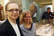 DISKUTOVANÁ PŘÍSTAVBA  mariánskolázeňské nemocnice. Také autoři projektu, Petr Hájek a Helena Línová (oba na snímku), se zúčastnili odhalení modelu přístavby.