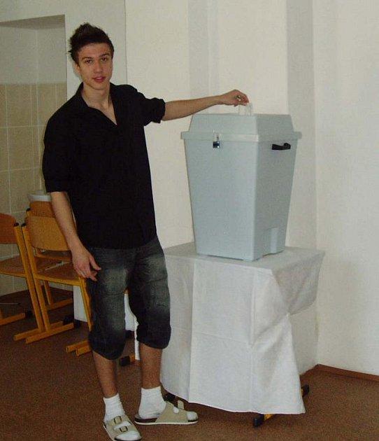 Mezi žáky, kteří si vyzkoušeli, jaké to je, volit v parlamentních volbách, byl i Antonín Šulcek z 1. EL (na snímku).