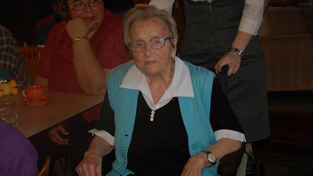 Mária Kšírová z Domova pro seniory Skalka v Chebu uspořádala svou první výstavu obrázků malovaných pomocí žehličky a horkého vosku letos.