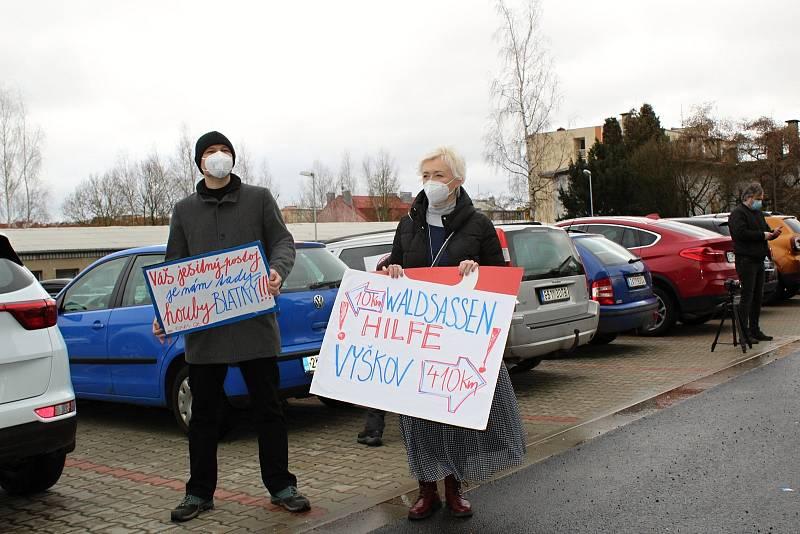 Ministr zdravotnictví Jan Blatný navštívil město Cheb. Jednal tu s lékaři o těžké situaci. Přítomní tu byli i lidé s transparenty.