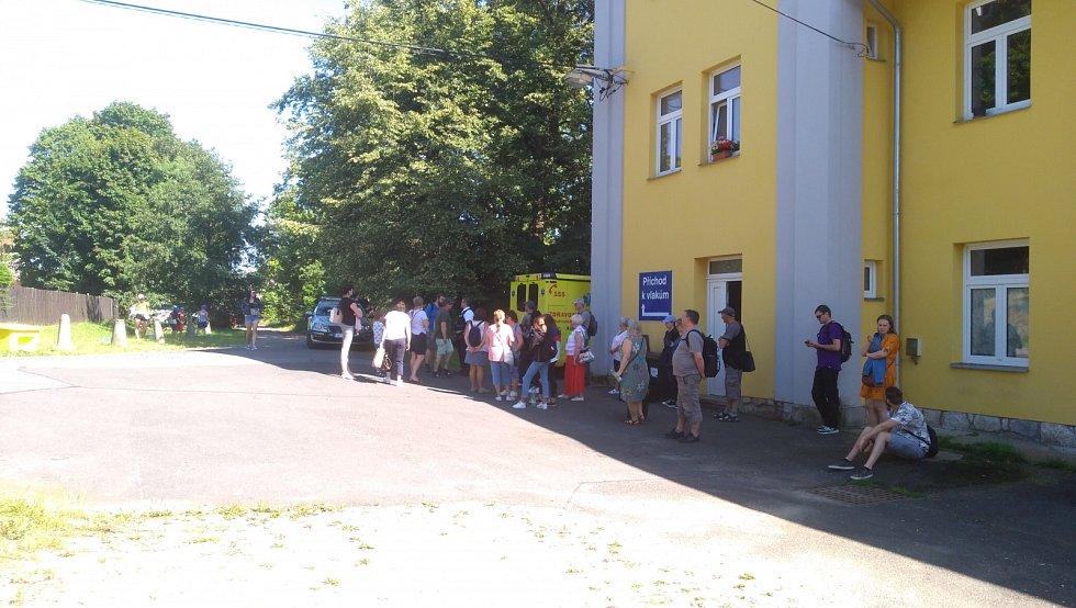 V Lázních Kynžvartu ve středu odpoledne vykolejil vlak. Cestující museli pak čekat na náhradní dopravu.