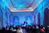 Klavírista a skladatel Pavel Vondráček během koncertu v tepelském klášteře (15. srpna 2020).