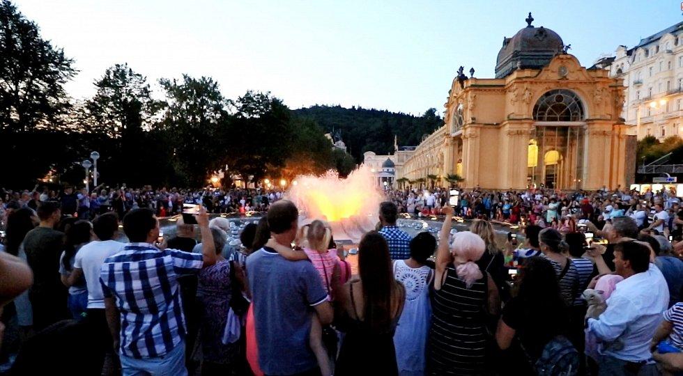 Zpívající fontána v Mariánských Lázních zahrála v sobotu večer také song Karla Gotta Být stále mlád.