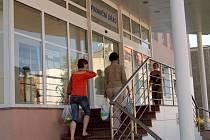 NA NEDOSTUPNOST finančního úřadu v Chebu si zatím žádný z vozíčkářů nestěžoval. Úřad má bezbariérový vstup ze zadního traktu budovy, vstup invalidům umožní vrátný.