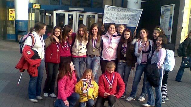DĚVČATA ZE SKUPINY ČERTICE si přivezla z Dačického poháru zlatou medaili. Úspěch zaznamenaly dívky hned na první velké mažoretkové soutěži, které se zúčastnily
