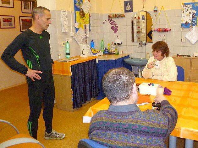BĚŽEC MILOŠ ŠKORPIL dorazil do Chráněných dílen Joker Cheb ve sportovním oděvu a hned chtěl začít trénovat na Běh bez hranic.