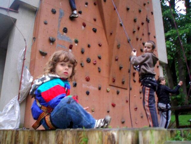 V Domě dětí a mládeže Sova Cheb se uskutečnil pokus o překonání rekordu v lezení po umělé horolezecké stěně.