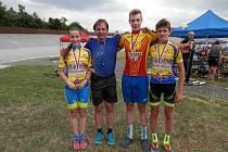 Trenér chebských cyklistů Petr Fiala (druhý zleva) je se svými svěřenci spokojený. Vlevo Anežka Nováková,  zcela vpravo Dominik Fiala, druhý zprava David Zadák.