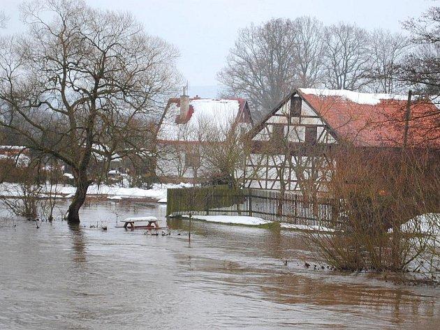 VELKÁ VODA. Řeka Odrava se v Mostově u Odravy rozlila z koryta. Jak ale uvedli místní, bývá to i horší, a to několikrát do roka.
