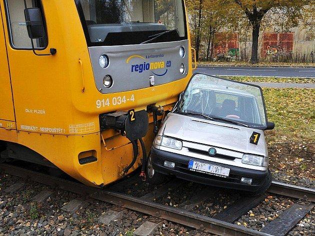 V Aši došlo ke střetu vlaku a osobního vozu. Nehoda se naštěstí obešla jen s lehkým zraněním