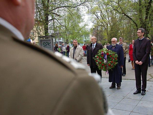 U památníku 97. pěší divize armády USA v Městských sadech si lidé připomněli 68 let od konce války.