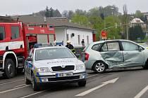 Srážka osobního automobilu a sanitky ochromila v sobotu dopoledne dopravu na chebské ulici Ašská