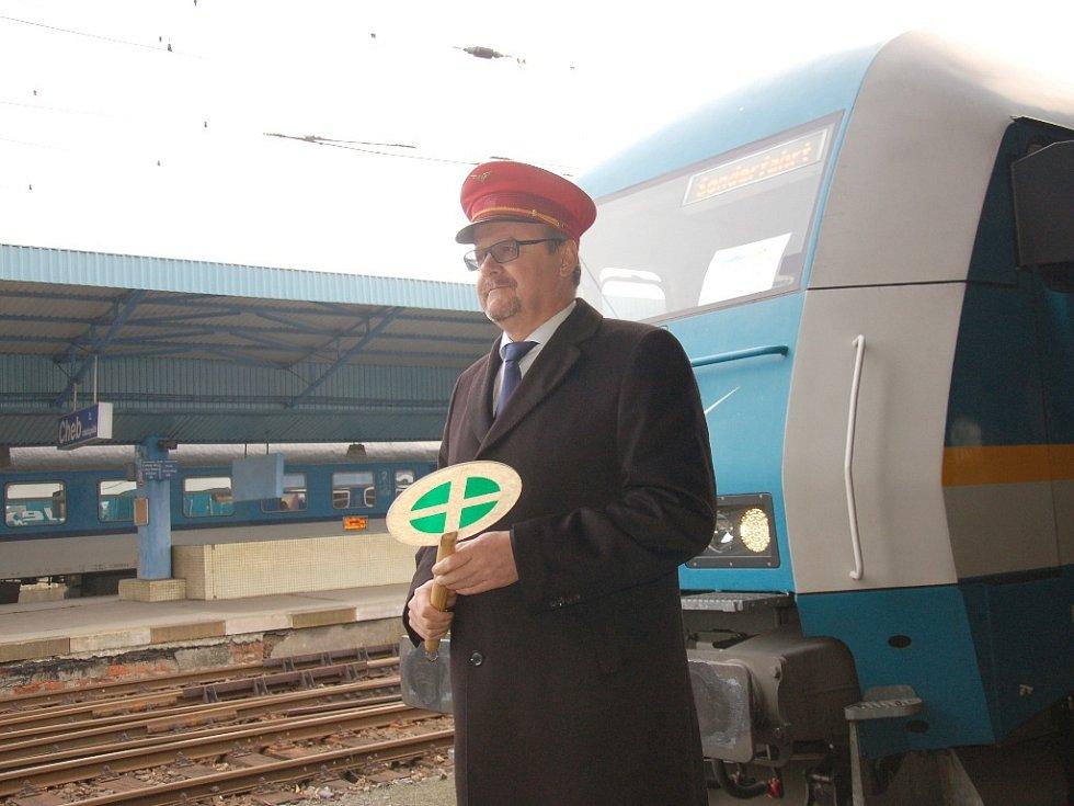 Rekonstrukce kolejí mezi Aší a Selbem za celkem 450 milionů korun skončila. Poprvé tímto úsekem projel osobní vlak tažený německou lokomotivou z Chebu až do německého Hofu.