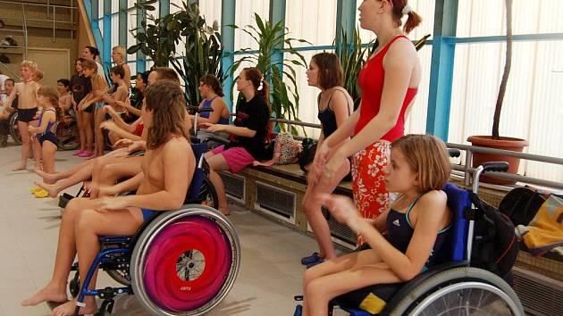 Handicapovaní plavci zaplnili chebský bazén dobrou náladou.
