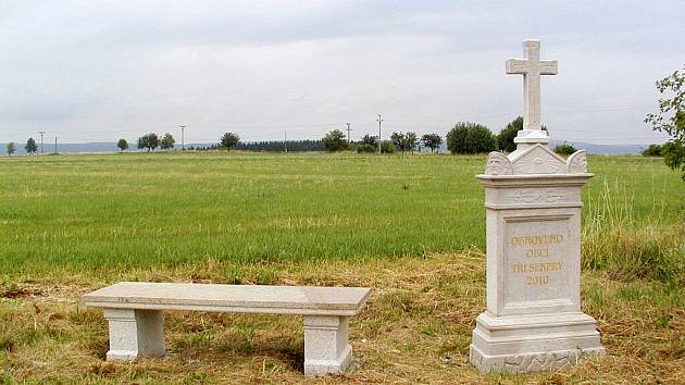 OBEC TŘI SEKERY DOKONČILA opravu tří křížů. V jejich blízkosti nechala také vystavět nové kamenné lavičky.