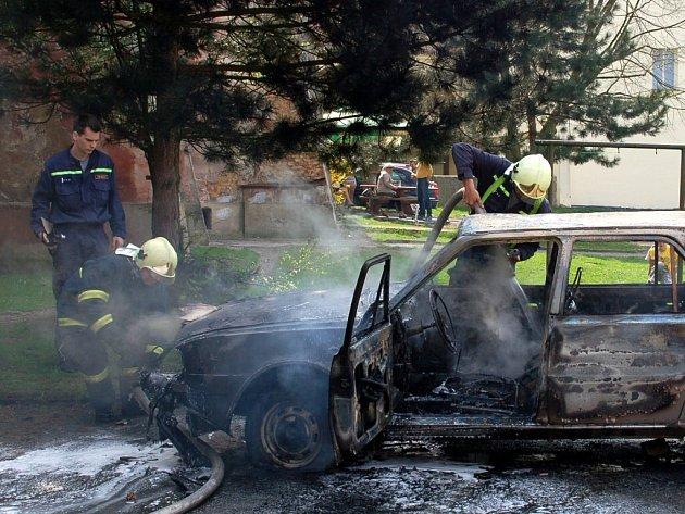 Požár Škody 120 museli ve čtvrtek 16. dubna odpoledne likvidovat chebští hasiči