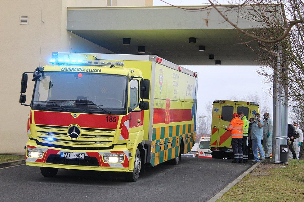 Z chebské nemocnice převezly sanity patnáct pacientů.
