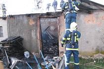 POŽÁR GARÁŽE V TEPLÉ ohrožoval blízko stojící rodinný dům. Na místě zasahovaly tři hasičské jednotky a zlikvidovaly jej za 40 minut.