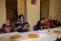 Četbou si krátili čas při čekání na voliče členové volební komise čtvrtého okrsku ve Františkových Lázních.