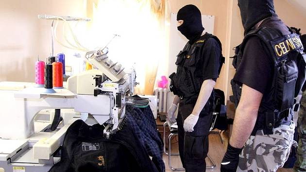 Přímo v centru Chebu objevili karlovarští celníci padělatelskou manufakturu.