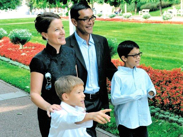 Karolína Peake s rodinou při procházce lázeňskými parky v Mariánských Lázních.
