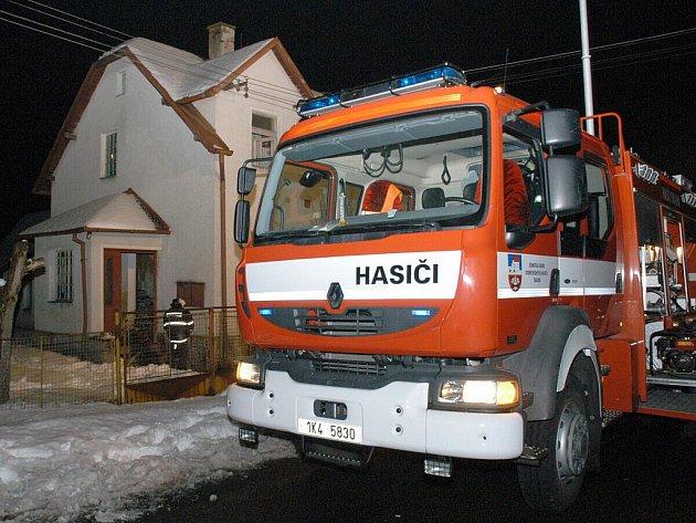 POŽÁR RODINNÉHO domu v Křižovatce zburcoval tři hasičské jednotky. Majitel domu skončil na Jednotce intenzivní péče popáleninového oddělení nemocnice Královské Vinohrady v Praze s těžkým poraněním dýchacích cest.
