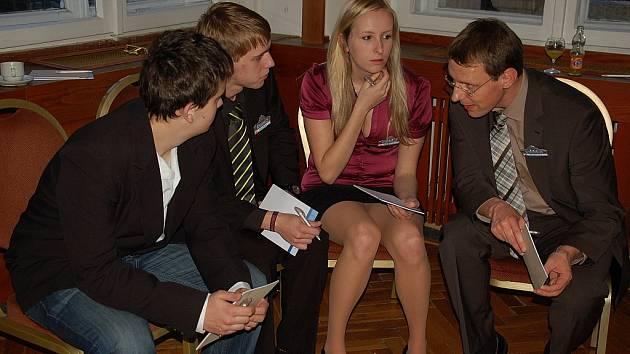 Němec Michael Kunz (na snímku vpravo) dojednával s ostatními členy skupiny podrobnosti, které později prezentovali před všemi zúčastněnými.