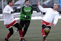 NA ZIMNÍM fotbalovém turnaji získali hráči Unionu Cheb první body za vítězství 2:1 nad Baníkem Habrtov. Na snímku  souboj chebských hráčů Šebesty a Houžvičky (zleva) s habartovským fotbalistou.