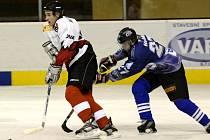 TOMÁŠ NOVÝ (vlevo) byl se dvěma brankami nejlepším domácím střelcem sobotního utkání krajského přeboru první třídy mezi HC Cheb 2001 a HC Mattoni Ostrov (3:10).