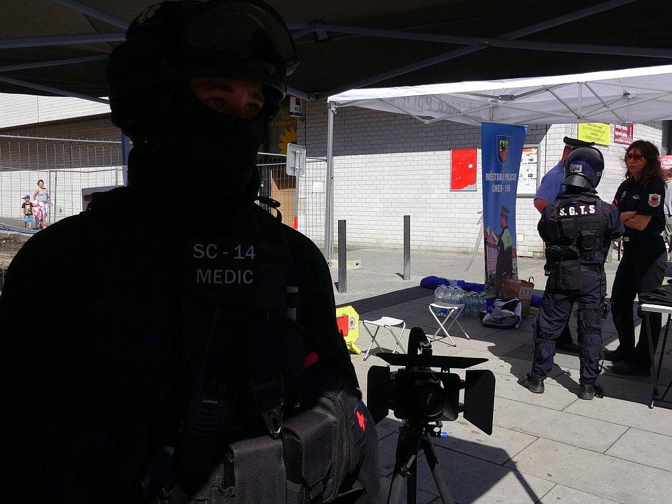 Před Priorem v Chebu se přestavili strážníci městské policie.