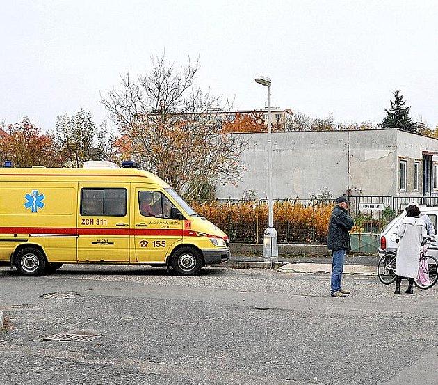 MLADÁ CYKLISTKA nezvládla v Chebu na křižovatce ulic Dragounská a Jabloňová jízdu na svém kole. Nehoda se naštěstí obešla bez vážného zranění.