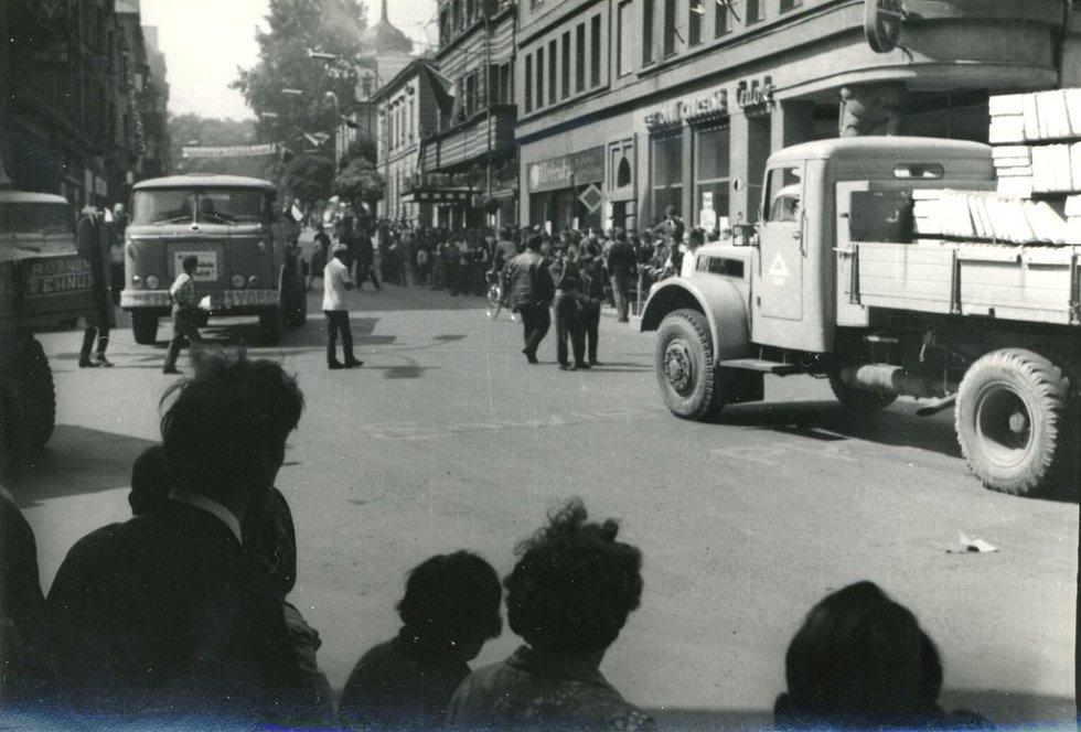 Dění v chebských ulicích v srpnu 1968 objektivem Waltra Ticheho z Chebu