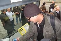 NA CHEBSKÉM náměstí Krále Jiřího z Poděbrad si mohli lidé vyzkoušet placení bezkontaktní kartou.
