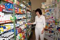 Farmaceutická asistentka Věra Strachová (na snímku) z chebské lékárny na Evropské ulici ukazovala, že je mnoho alternativních medikamentů.