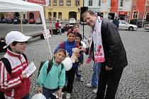 Předvolební setkání s občany na chebském náměstí Krále Jiřího z Poděbrad uspořádali také představitelé KSČM