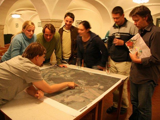 účastníci mezinárodního workshopu při práci v ateliéru, zleva arch. Boris Redčenkov, A69 – architekti a studenti z TFH Berlin