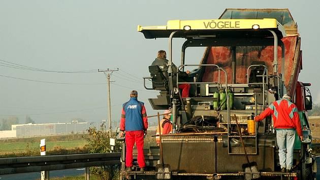 Velice obezřetně musí v současné době projíždět řidiči  po  rychlostní silnici R6, která se   od  Odravy  až k Chebu v obou směrech opravuje.