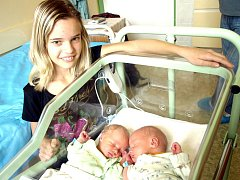 RADEK A ONDŘEJ ŠATAVOVI se narodili ve středu 2. listopadu. Radeček v 19.25, vážil 2180 gramů a měřil 44 centimetrů. Ondrášek v 19.27, vážil 2550 gramů a měřil 47 centimetrů. Doma v Kynšperku se raduje sestřička Verunka, maminka Alena a tatínek Radek.