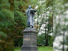 Bronzová socha německého reformátora Martina Luthera je umístěna v ašském parku.