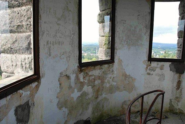 Vnitřek rozhledny na vrchu Háj v Aši.