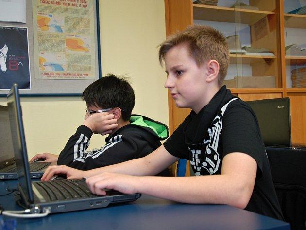 BENJAMÍNKEM ORGANIZAČNÍHO TÝMU je sekundán Antonín Šrail z Chebu. Ačkoliv je mu teprve 13 let, zvládá úkoly stejně dobře jako jeho starší spolužáci.