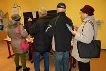 V chebském devátém volebním okrsku se mnohdy kvůli velkému zájmu stály fronty.