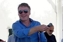 Petr Batěk moderoval závěrečnou část festivalu kresleného humoru ve Františkových Lázních.