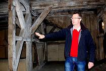 Historické krovy v domech na chebském náměstí jsou jedinečnou památkou. Vidět je chtějí i turisté.