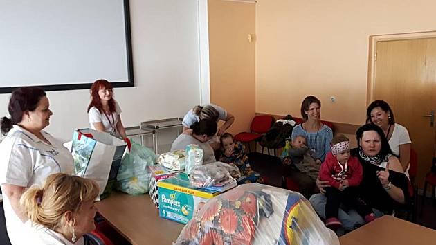 SBÍRKA. Maminky nedonošených dětí pořádají už potřetí sbírku na pomoc mostecké nemocnici. Pokaždé se podaří nasbírat mnoho potřebných věcí.