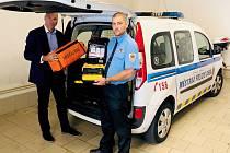 Automatický defibrilátor převzal do užívání chebský místostarosta Jiří Černý spolu s ředitelem Městské policie Cheb Pavlem Janošťákem.