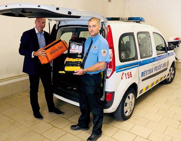 Automatický defibrilátor převzal do užívání chebský místostarosta Jiří Černý spolu sředitelem Městské policie Cheb Pavlem Janošťákem.