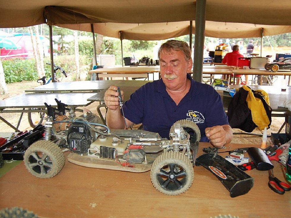 AUTÍČKA. Radiem řízené modely aut, které se předvedou už o víkendu ve Velké Hleďsebi, lákají hlavně muže.