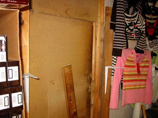 Celníci objevili v ašské tržnici Lipový Dvůr tajný úkryt. Našli v něm nelegální zboží za více jak 2,5 milionu korun. Foto: Celní ředitelství Plzeň